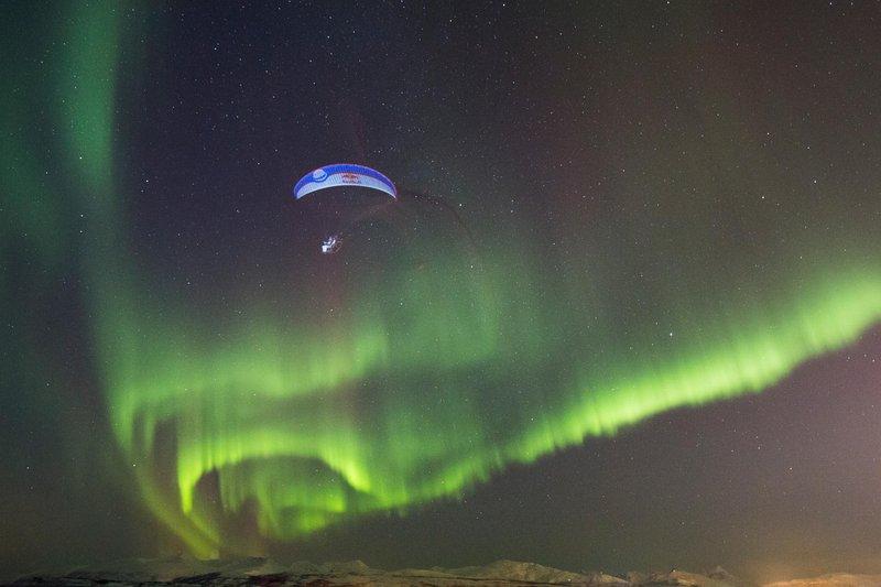 horacio-llorens-paragliding-under-the-aurora-borealis-in-tromso-norway