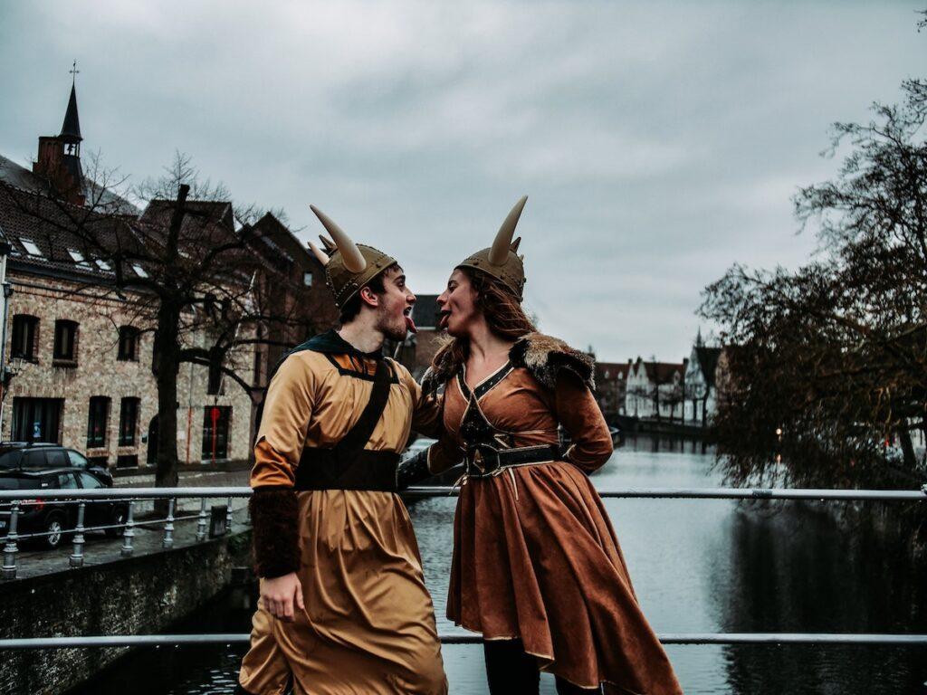 Vikingli gibi giyinmiş bir çift